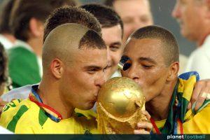 Brazil's Ronaldo (l) and Gilberto Silva (r) kiss the World Cup
