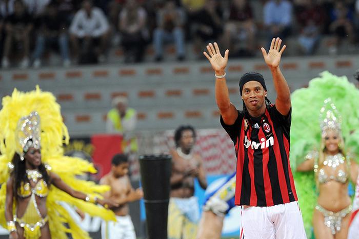 Ronaldinho signs AC Milan - Planet Football