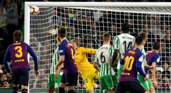 Lionel-Messi-free-kick-Real-Betis