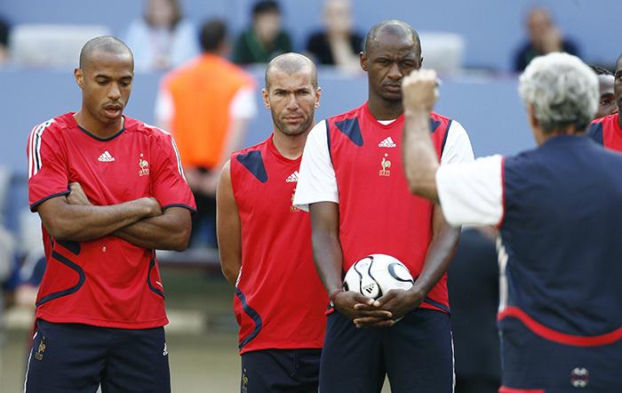Raymond Domenech speaks to players