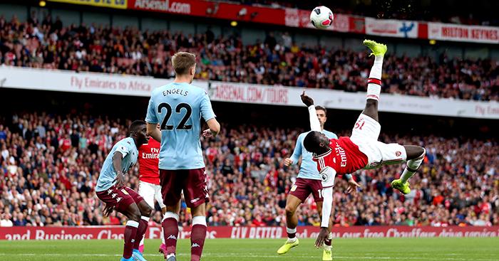 Nicolas Pepe attempts overhead kick
