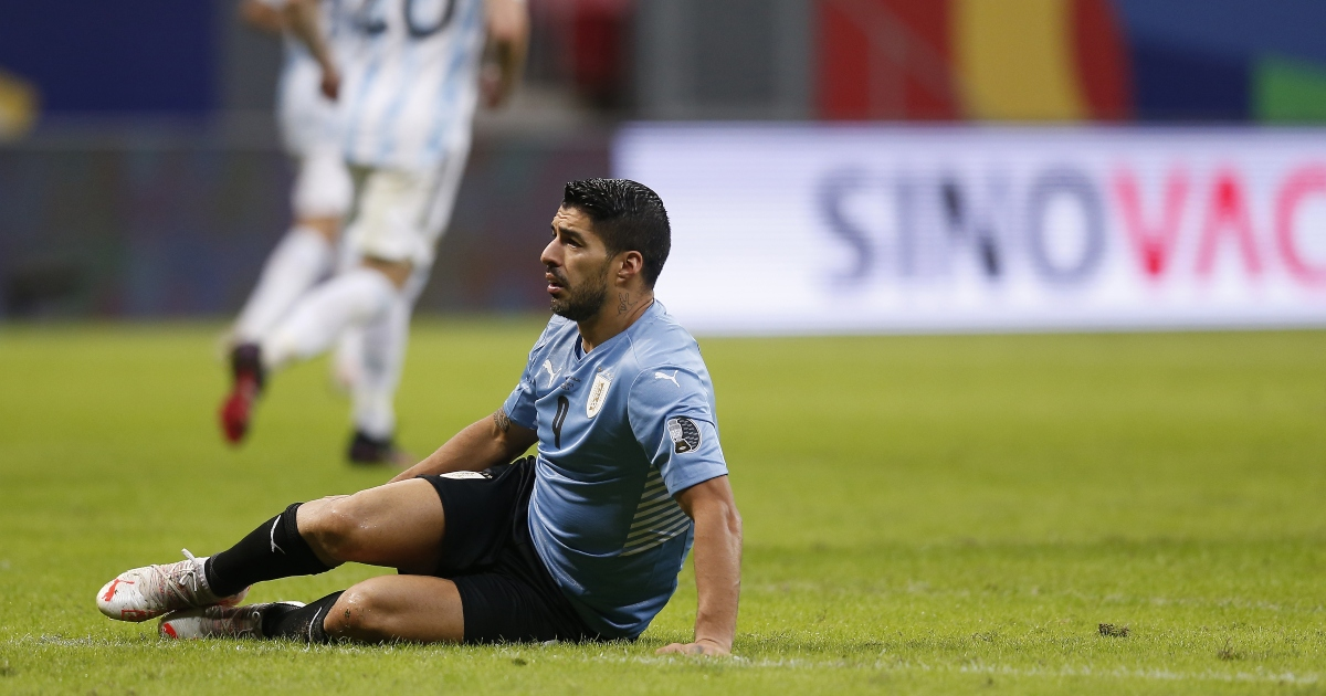 Watch: Luis Suarez introduces novel time-wasting tactic during Copa - Planet Football