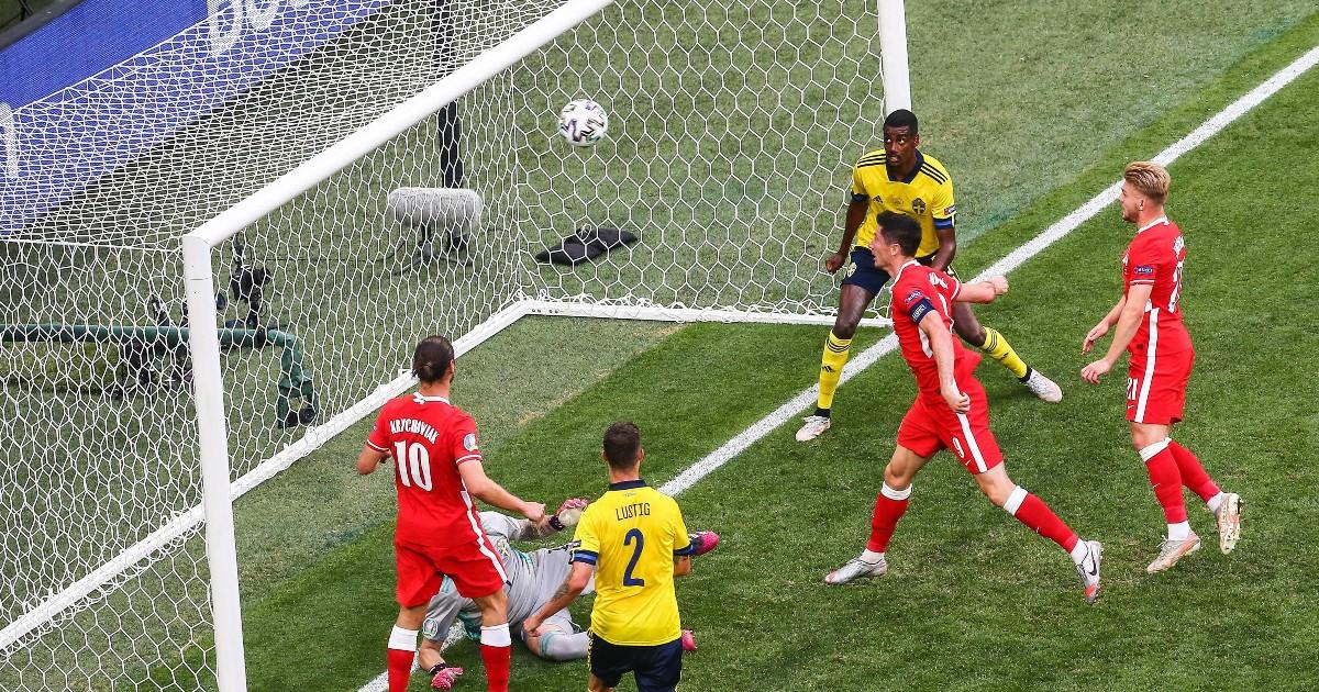 Watch: Lewandowski somehow misses open goal chance