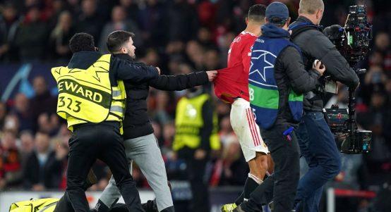 A pitch invader grabs Cristiano Ronaldo's shirt. October 2021.